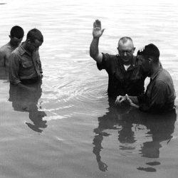 Baptême de soldats dans une rivière.