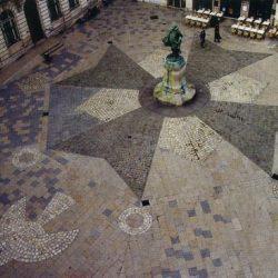 Pavage de la place de l'Hôtel de ville de La Rochelle (17) : Croix huguenote