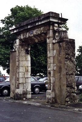 Portail de l'hôpital protestant fondé en 1765. La Rochelle (17)