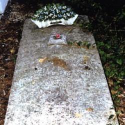 Pierre tombale posée sur le sol
