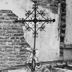 Bible de pierre et croix de l'ancien temple de Rouen (76) détruit en 1914