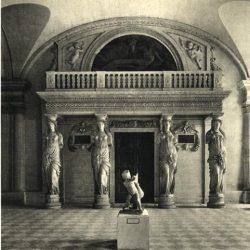 Paris, salle des Cariatides du Louvre, sculptures de Jean Goujon