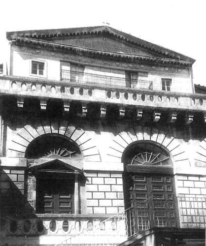 Arles (13) temple