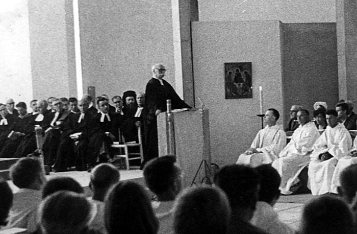 Le Pasteur Boegner préchant dans l'Eglise de Taizé