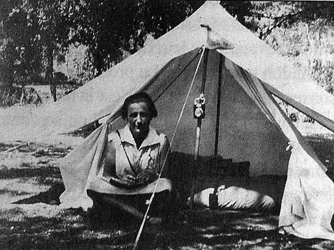 Marguerite Walther sous la tente