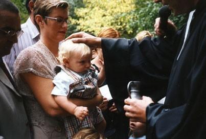 Baptême lors d'un culte du Musée du Désert