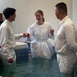 Baptême par immersion dans une église baptiste.