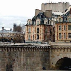 La Place Dauphine, la statue d'Henri IV et le Pont Neuf (Paris)