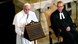 Une étape de la progression des débats, le Pape François accueilli par le pasteur Jens-Martin Kruse dans l'église luthérienne de Rome