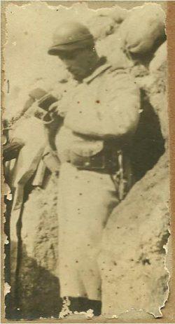 Soldat lisant dans une tranchée (1915)