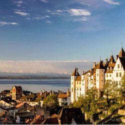 Neuchâtel, vue sur le château, la vieille ville et le lac (Suisse)