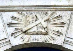 Bible rayonnante - Détail de la façade de la chapelle du cimetière protestant de Bordeaux (2015)