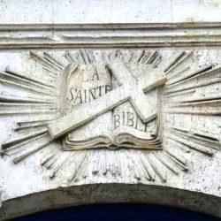 Bible rayonnante – Détail de la façade de la chapelle du cimetière protestant de Bordeaux (2015)